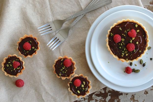 Copenhagencakes on Scandinavia standard - Minitærter med chokoladeganache, hindbærcoulis og crunchy hasselnødder (Mini pies with chocolate ganache, raspberry and crunchy hazelnuts)-2