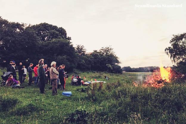 Sankt-Hans-Aften-Bonfire-Danes-Singing-Songs-Scandinavia-Standard-2-2