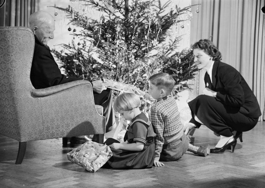 presents-after-dinner-danish-christmas-scandinavia-standard