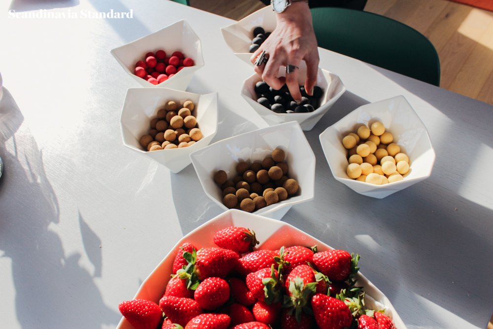 Muuto Christmas Appetizers - Stawberris and Snacks in Bowls - Julefrokost - Christmas Lunch | Scandinavia Standard