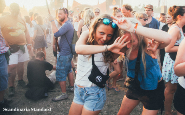 Girls-at-Roskilde-Festival-Scandinavia-Standard-2